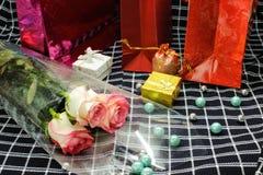 carte Amour Jour du `s de Valentine Jour du `s de femmes Achats Un bouquet des roses, des paquets et des boîte-cadeau sur le tiss Photos stock