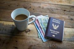 Carte, argent, café et passeport Photos stock