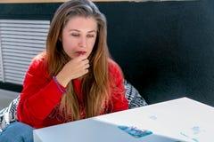 Carte associative metaforiche La consultazione alla ricezione di una donna di Young dello psicologo discute con lo psicologo fotografia stock