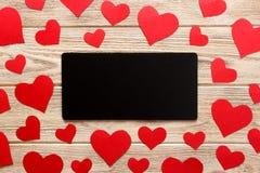 Carte au jour du ` s de Valentine Coeurs rouges et lettre vide sur le fond en bois Composition plate en configuration avec l'espa Photographie stock libre de droits