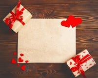 Carte au jour du ` s de Valentine feuille de papier blanc et coeur rouge sur le bois Photos libres de droits