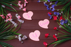 Carte avec amour de message vous sur la lettre sur le fond en bois photographie stock