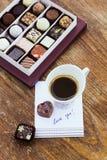 Carte avec amour de message vous, tasse de café et bonbons au chocolat Photographie stock libre de droits