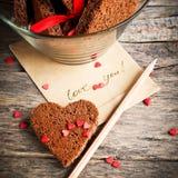 Carte avec des biscuits de message et de chocolat Photographie stock libre de droits