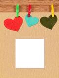 Carte avec des coeurs sur le fond en bois Image libre de droits