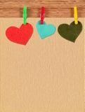 Carte avec des coeurs sur le fond en bois Images stock