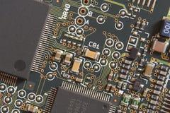 Carte avec des résistances et des microprocesseurs photographie stock