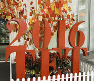 Carte avec l'image d'un singe accrochant sur un arbre de Noël TET venant bientôt An neuf chinois Photographie stock