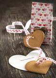 Carte avec le message Valentine Day heureux et les biscuits en forme de coeur Photo libre de droits