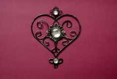 Carte avec le pendant en forme de coeur pour la conception de bannière Carte avec le pendant sur le contexte rouge Concept romant Images stock