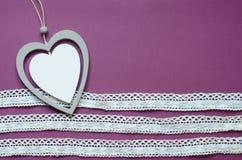 Carte avec le pendant en forme de coeur pour la conception de bannière Carte avec le pendant sur le contexte rouge avec le ruban  Images libres de droits