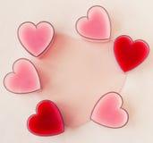Carte avec six coeurs (rose et rouge) Images stock