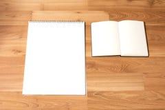 Carte bianche del taccuino con fondo di legno Fotografia Stock
