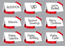 Carte bianche dell'invito e di saluto con il vettore rosso del nastro Immagini Stock