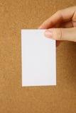 Carte blanche sur un panneau de liège Photographie stock libre de droits