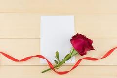 Carte blanche vierge décorée de la rose de rouge Images stock