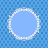 Carte bleue d'invitation avec les perles blanches Photographie stock libre de droits