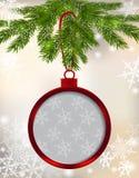 carte Boule rouge avec l'arc et endroit pour un fond de Noël d'inscription Accrocher sur une branche d'arbre parmi les flocons de Photos stock
