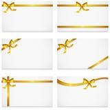 Carte cadeaux avec les rubans d'or et l'ensemble d'arc images libres de droits