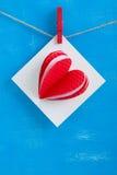 Carte cadeaux blanche avec les coeurs de papier sur le fond en bois bleu Image libre de droits