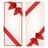 Carte cadeaux con la cinta roja y un arco Imagen de archivo libre de regalías