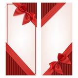 Carte cadeaux con la cinta roja y un arco Foto de archivo