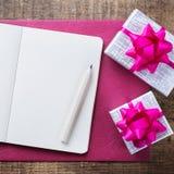 Carte cadeaux d'amour de vacances de jour de valentines et fond de boîte Photographie stock