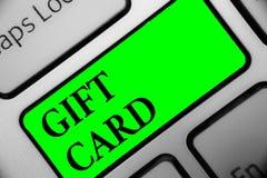 Carte cadeaux del texto de la escritura Concepto que significa presente de A hecho generalmente del papel que contiene su llave I fotos de archivo libres de regalías