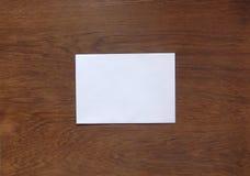 Carte cadeaux en blanco para el texto en el fondo de madera Fotos de archivo