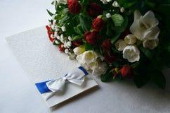 Carte cadeaux et fleurs sur un fond Photographie stock libre de droits
