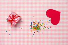 Carte cadeaux pour le jour du ` s de Valentine avec la lettre et coeur sur le CCB de couleur Photographie stock
