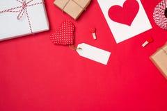 Carte cadeaux pour le jour du ` s de Valentine avec la lettre et coeur sur le CCB de couleur Photo libre de droits