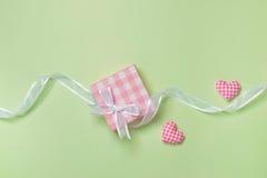 Carte cadeaux pour le jour du ` s de Valentine avec la lettre et coeur sur le CCB de couleur Photos stock