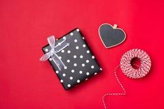 Carte cadeaux pour le jour du ` s de Valentine avec la lettre et coeur sur le CCB de couleur Images stock