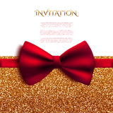 Carte décorative d'invitation avec le scintillement brillant rouge d'arc et d'or Photographie stock