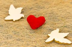 Carte d'amour Deux pigeons blancs et un coeur rouge Jour du `s de Valentine Photographie stock libre de droits