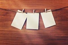 Carte d'annata che appendono sulla corda sopra il fondo di legno Posto per il vostro testo Immagine Stock