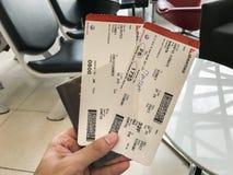 Carte d'embarquement de Qantas de prise de main de femme avec le passeport à l'aéroport de Suvannabhumi Image stock
