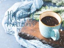 Carte d'hiver avec du café souhaitant bonnes fêtes photo libre de droits