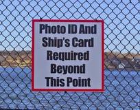 Carte d'identité à photo de signe et carte de bateaux image stock