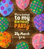 Carte d'invitation de fête d'anniversaire avec les ballons plats modelés sur le fond en bois Vecteur illustration stock