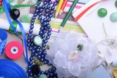 Carte d'invitation de femmes de vintage Rétro concept avec des rubans de papiers de fleurs Image libre de droits