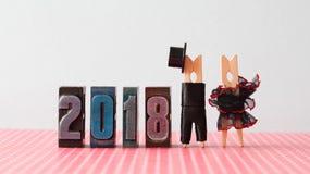 carte d'invitation de mariage de la nouvelle année 2018 Toilettez le chapeau noir de costume, robe rouge noire de jeune mariée Ca photographie stock libre de droits