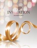Carte d'invitation de VIP avec le ruban bouclé d'or et lumières brouillées sur le fond Photo stock