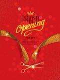 Carte d'ouverture officielle avec des ciseaux de ruban et d'or d'abrégé sur or sur le fond rouge Images stock