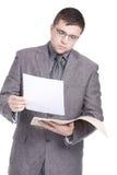 Carte d'ufficio della lettura dell'uomo Immagini Stock Libere da Diritti