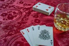Carte da gioco con cui whiske scozzese immagini stock