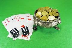 Carte da gioco, dadi e ciotola su tre piedi dei leoni Fotografia Stock Libera da Diritti