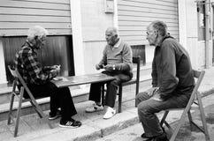 Carte da gioco degli uomini anziani sulla via fotografia stock libera da diritti
