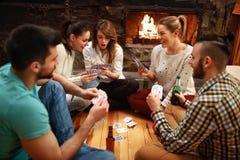 Carte da gioco dei giovani sulla vacanza invernale fotografia stock